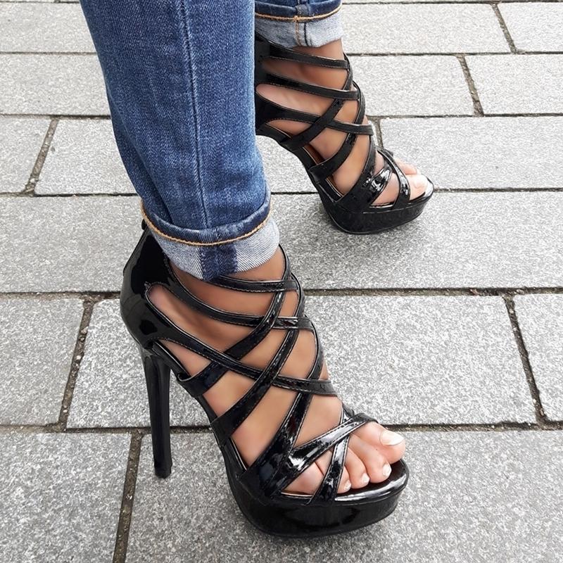 Zwarte hak sandaletten met veel bandjes en plateau | Zwarte sandalen hak