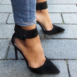 Zwarte pumps met hoge hakken en brede enkelband | Hak met enkelband