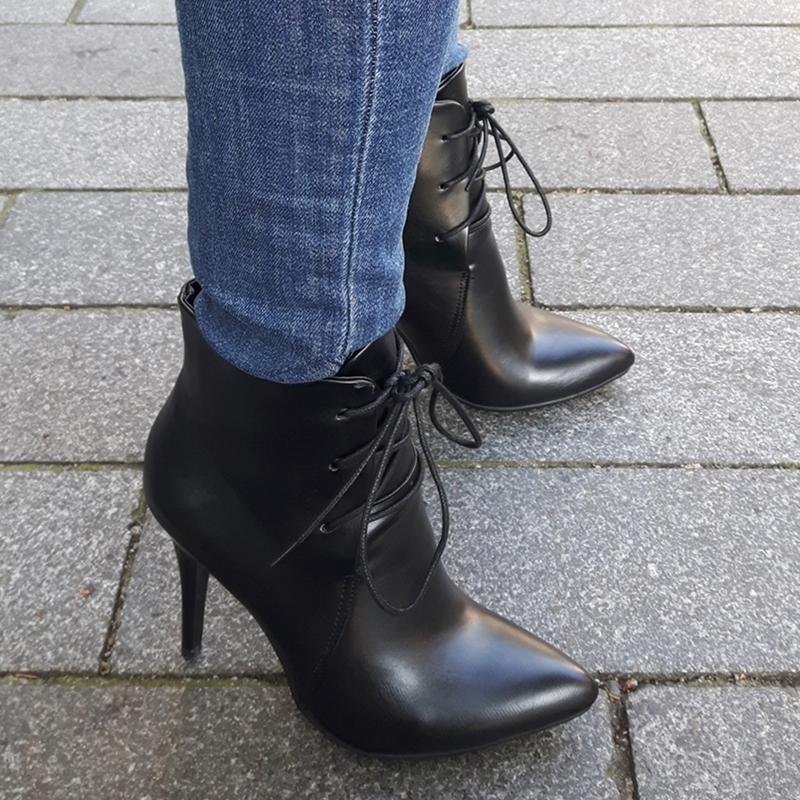 Zwart veterlaarsje met hoge hak in kleine schoenmaat | Veterlaarsje hak