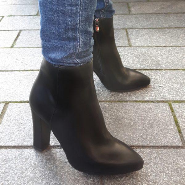 Zwarte enkellaarzen in kleine maten   Korte laarzen met hak maat 33