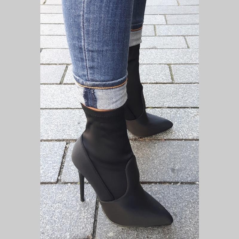Korte stretchlaarsjes zwart met naaldhakken | Enkellaarsjes met hak