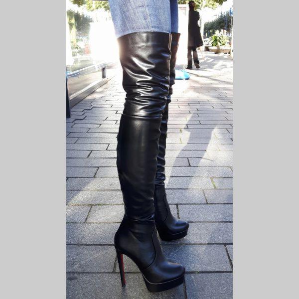 Zwarte overknee laarzen met rode zool en hoge naaldhakken