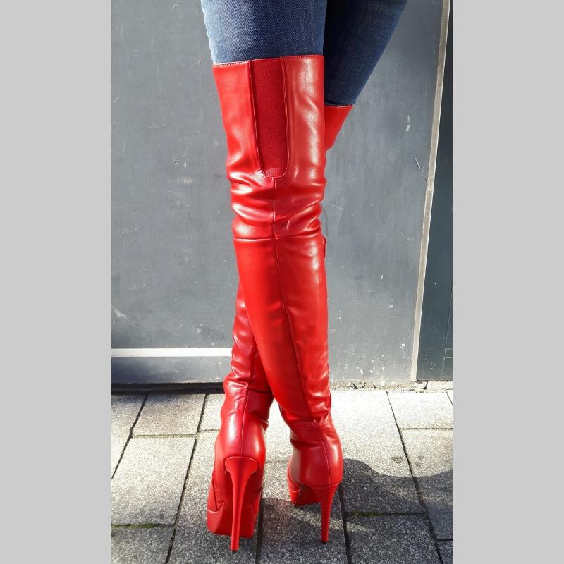 Rode overknee laarzen met rode zool en hoge naaldhakken