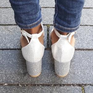 Feestelijke sandalen in zilver | Glitter blokhakken zilver | Silhouette