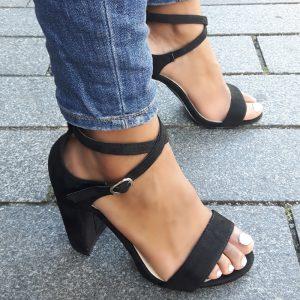 Zwarte blokhakken met gekruiste bandjes over de wreef | Achteraf betalen