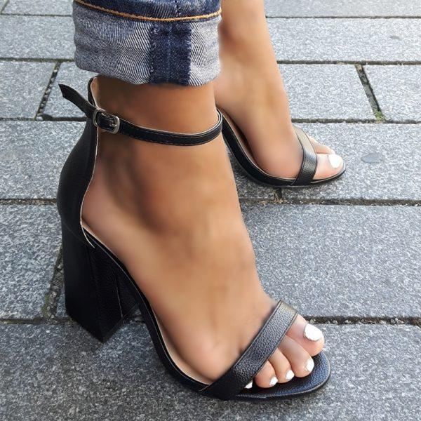 Zwarte sandalen met hoge blokhakken en bandje over de voet   Silhouette