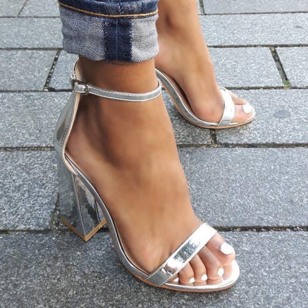 Zilveren sandalen met blokhakken en bandje over de voet | Silhouette