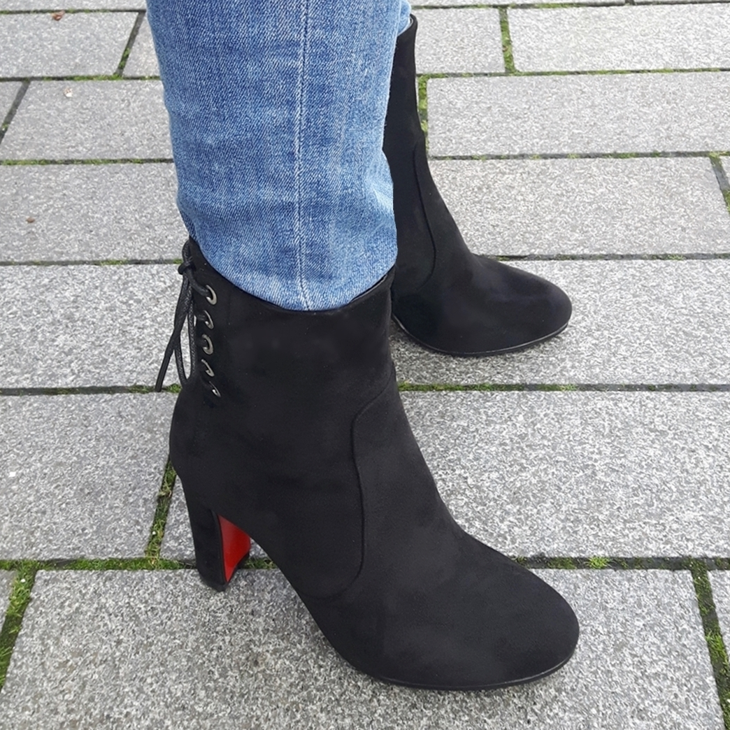 Zwarte enkellaarsjes met blokhak en siervetertje achter | Silhouette