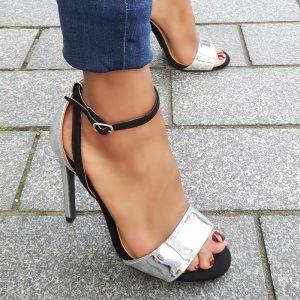 Hoge hakken in zwart met zilver met brede band over de voet