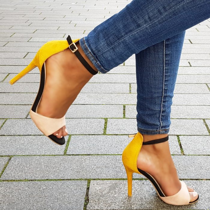 Veelkleurige sandalen met hoge hak in geel   nude   zwart