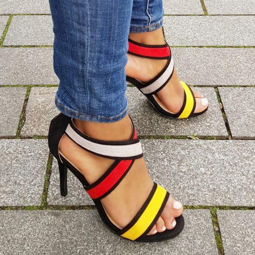 Multicolour sandaaltjes met kruisbanden over de wreef en naaldhak