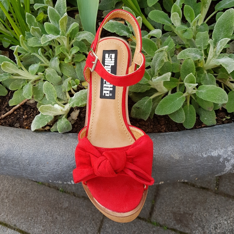 Rode sleehakken met strik   Sandalen sleehak houten zool   Silhouette