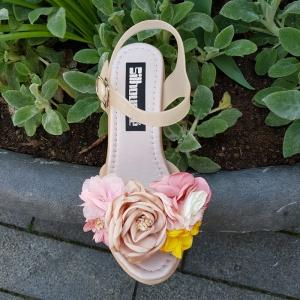 Nude sleehak met bloemen voor en bandje om de enkel | Strand sleehak