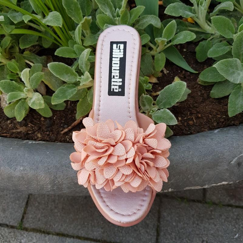 Roze slippers met sleehak en bloemen | Bloem slippers met sleehak