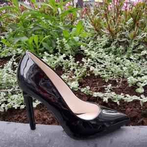 Zwarte lak pumps met stevige naaldhak | Pumps zonder teen decollete