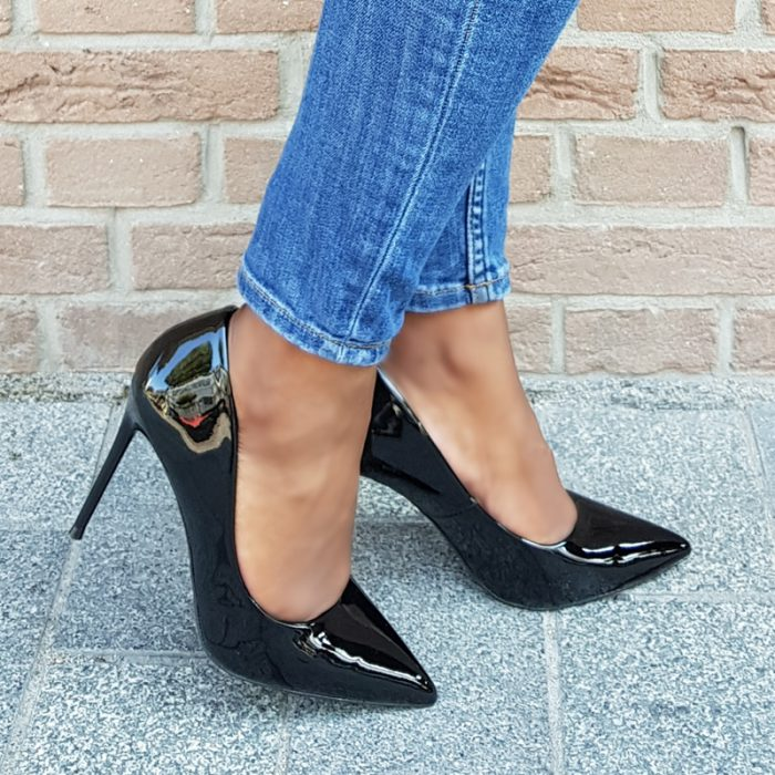 Comfortabele zwarte lak pumps met hoge naaldhak | Lakpumps met zachte binnenkant | Zwarte lakpumps met voetbed