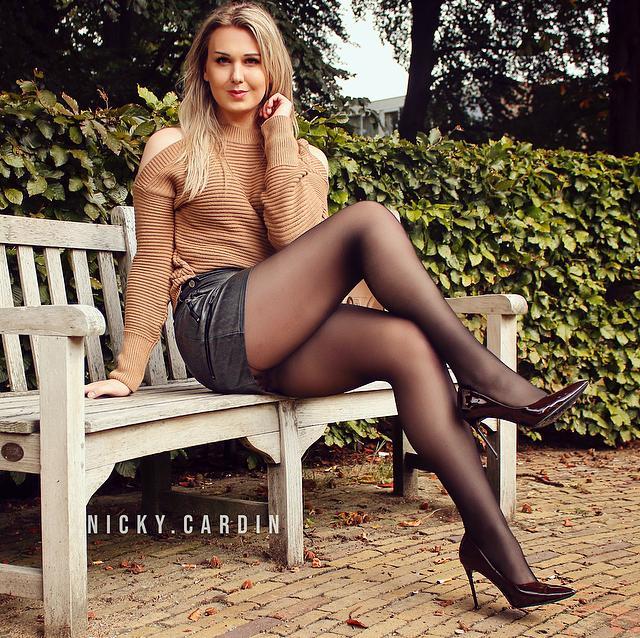 Nicky Cardin met bruine hoge hakken in lak van Silhouette