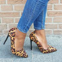 Hoge hakken met luipaardprint en spitse neus   Panterprint pumps met hoge hak   Stiletto met luipaard print