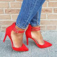 Rode pumps met twee bandjes over de wreef en naaldhak. Rode pumps met enkelbandjes   Pumps met hoge hak en dubbele bandjes in rood.