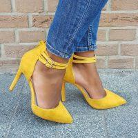 Gele pumps met twee bandjes over de wreef en naaldhak. Gele pumps met enkelbandjes   Pumps met hoge hak en dubbele bandjes in geel.