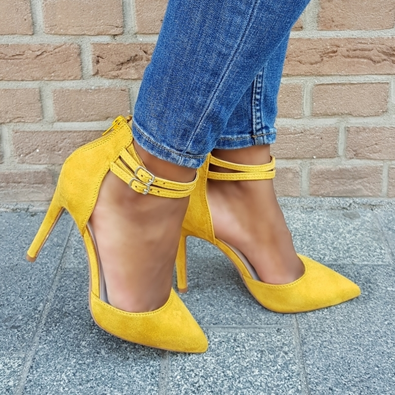 Gele pumps met twee bandjes over de wreef en naaldhak. Gele pumps met enkelbandjes | Pumps met hoge hak en dubbele bandjes in geel.