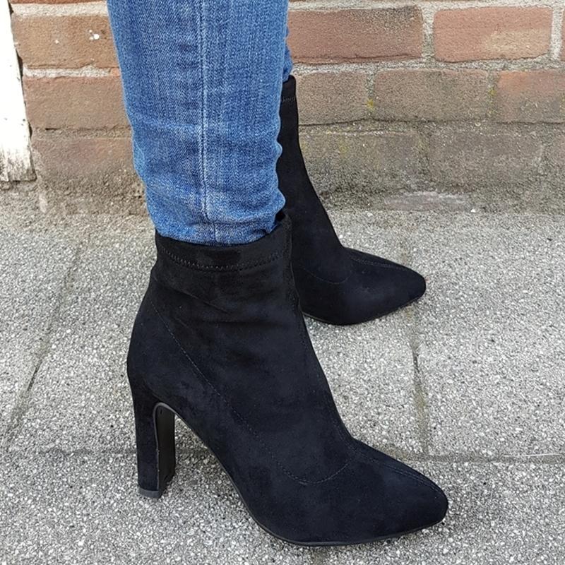 Korte zwarte laarsjes met brede hak in kleine schoenmaten | Kleine maat enkellaarzen zwart maat 31 32 33 34 | Enkellaarsjes met hak kleine schoenmaat.