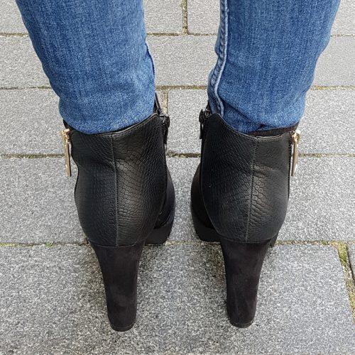 Zwarte enkellaarzen met krokoprint op hiel en blokhak | Korte zwarte laarzen met stevige hak en reptielprint