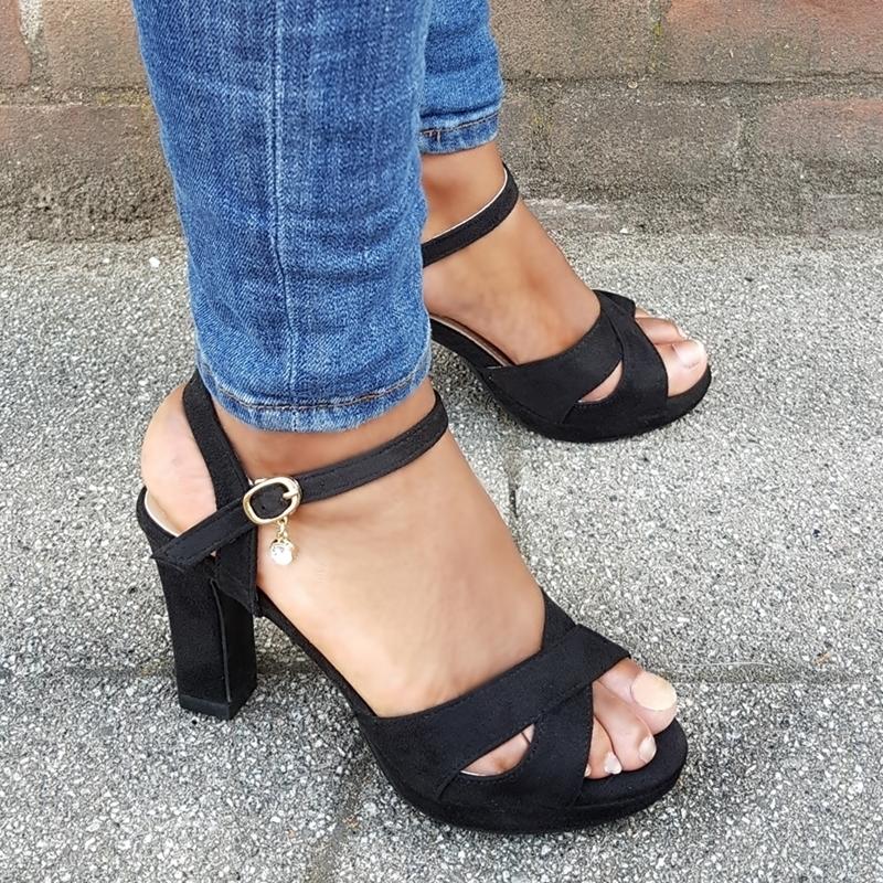 Open zwarte sandalen met hak in kleine maten | Kleine maat damessandalen met hak.
