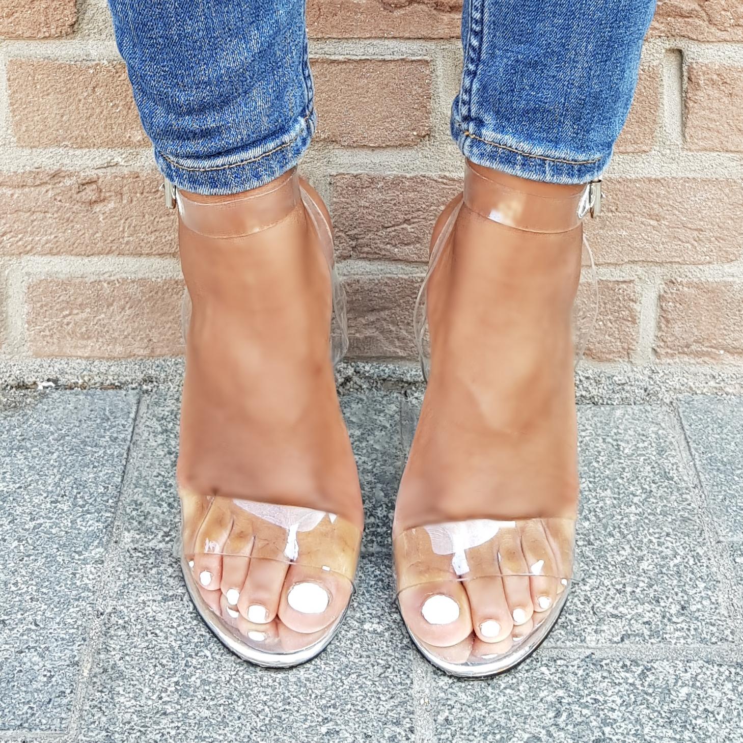 Sandalen van doorzichtig perspex met blokhakken in zilver   Doorzichtige sandalen met blokhakken.