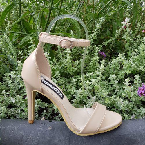 Beige open schoenen met hoge hak en bandjes | Beige hakken in kleine maten | Beige open schoenen met hak maat 32 | Beige sandaaltjes met hak maat 33.