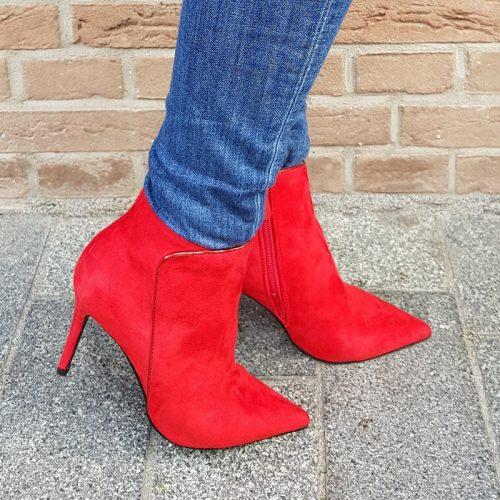 Rode enkellaars met naaldhak