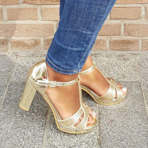 Feestelijke gouden sandalen met T-bandje en glitters | Gala sandalen