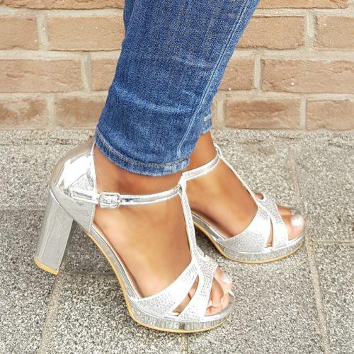 Feestelijke zilveren sandalen met T-bandje en glitters | Gala sandalen zilver