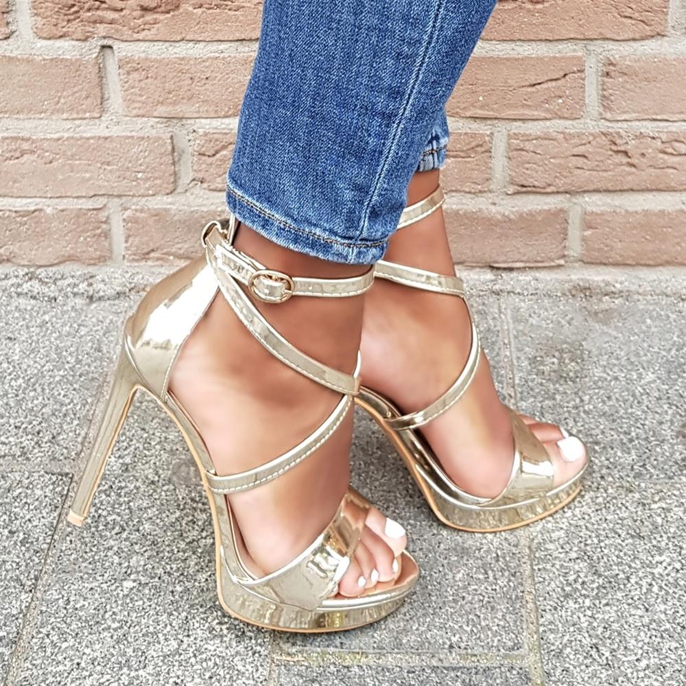 Gouden sandalen met bandjes, hoge naaldhak en plateauzool | Gouden hakken met bandjes in metallic