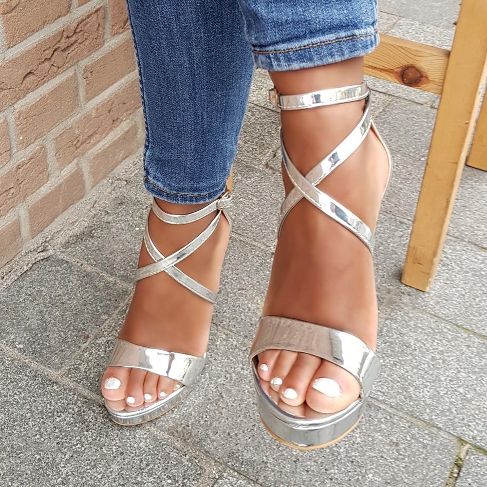Zilveren sandalen met bandjes, hoge naaldhak en plateauzool | Zilveren hakken met bandjes in metallic