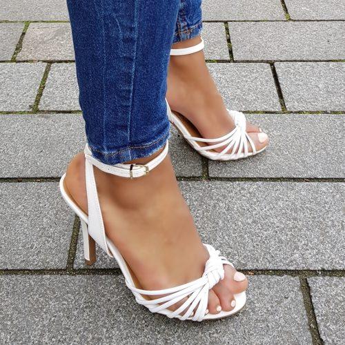 Witte sandalen met naaldhak en smalle bandjes over de voet   Witte sandalen met hak 10cm
