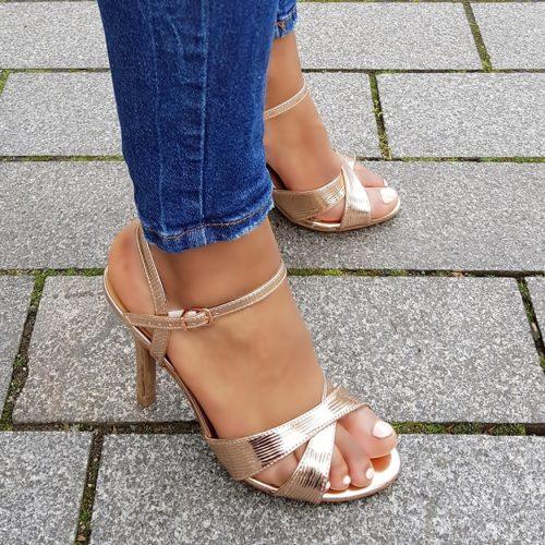 Champagne kleurige sandalen met naaldhak en kruisbanden over de voet