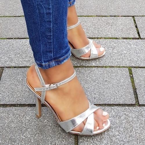 Zilveren sandalen met naaldhak en kruisbanden over de voet | Zilveren sandalen met hoge hak en bandjes