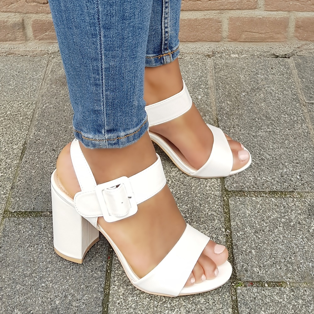 Witte sandalen met blokhak | Witte blokhakken met gesp op de voet | Witte pumps met open teen