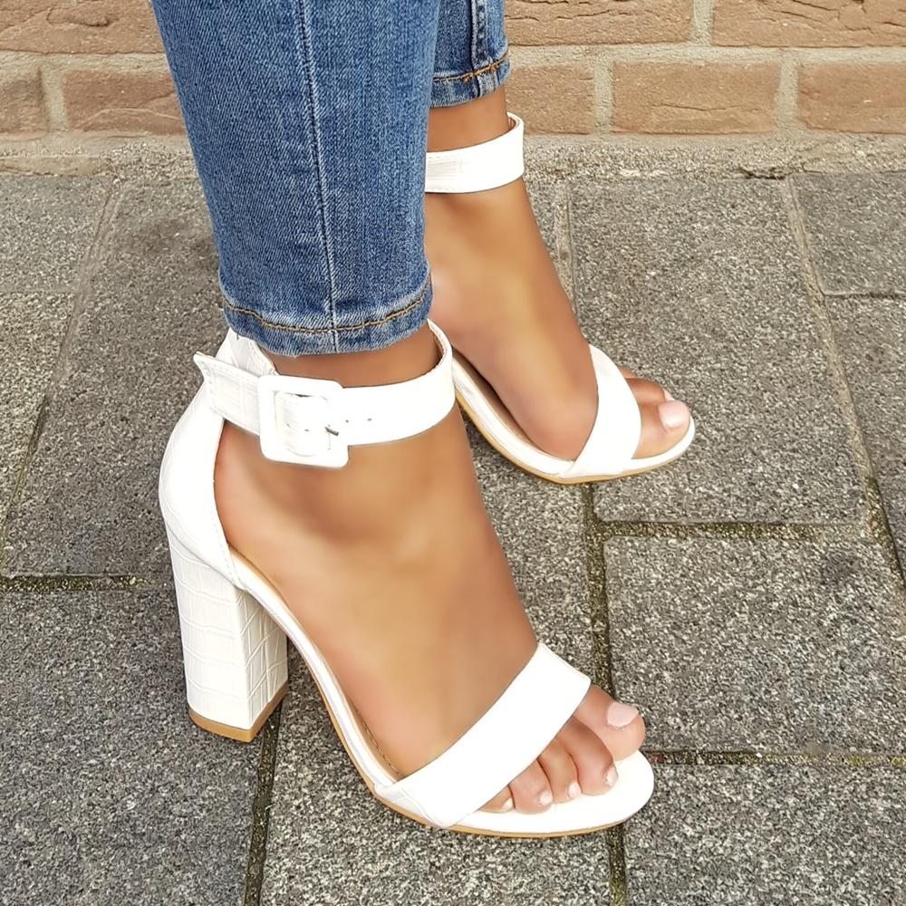 Witte sandalen met hak en croco print