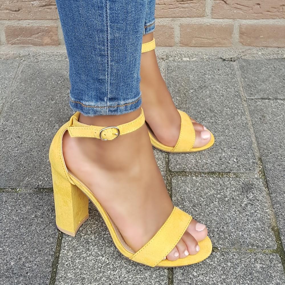 Gele dames sandalen met blokhak en enkelbandje | Gele blokhak sandaal met bandjes