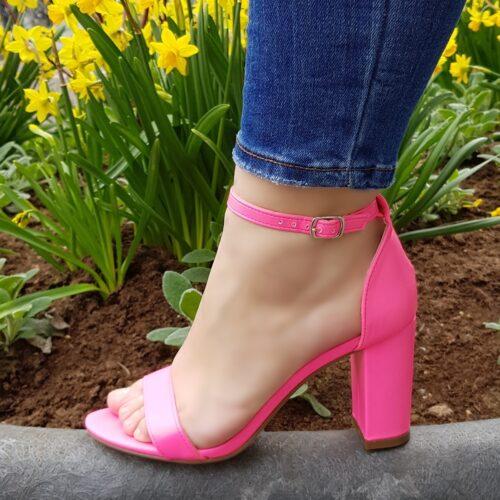 Neon roze sandalen met blokhak en smal enkelbandje Roze neon blokhak sandalen