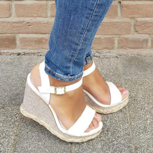 Witte sleehakken met gouden details   Witte sandalen met sleehak