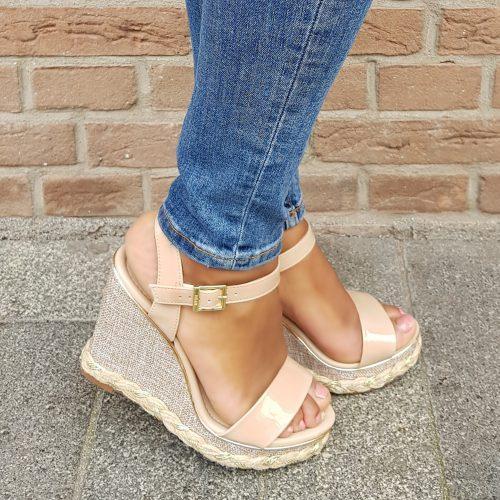 Nudekleurige sleehakken met gouden details   Nude sandalen met sleehak