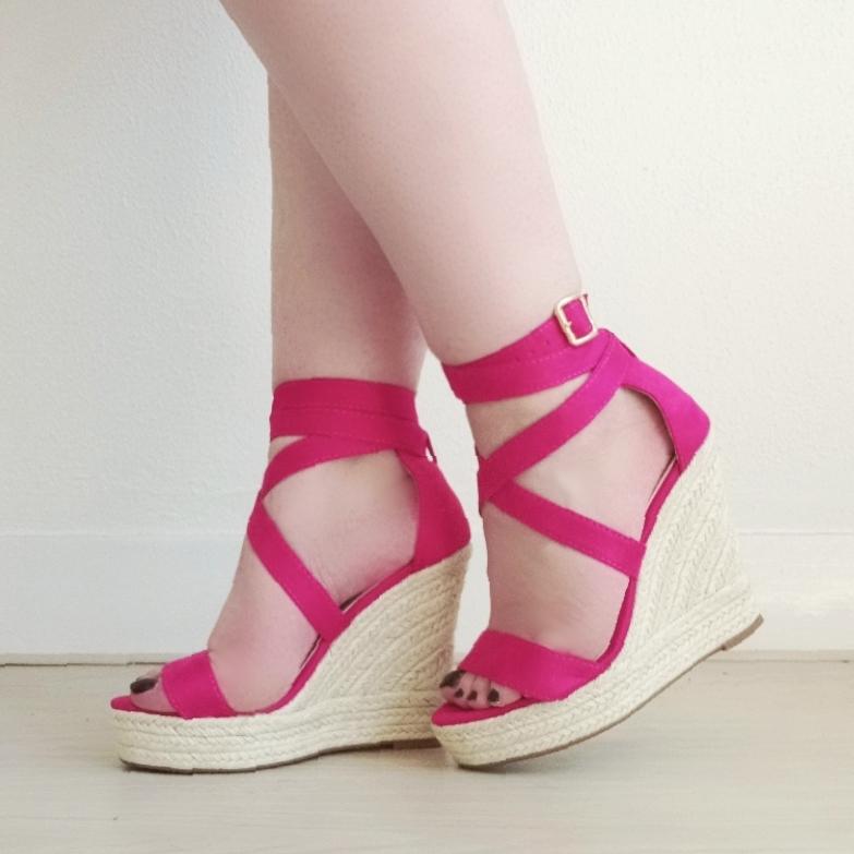 Fuchsia roze sleehakken met bandjes | Hoge sleehakken in roze met touwzool | Fuchsia suede look sleehakken met touwzool