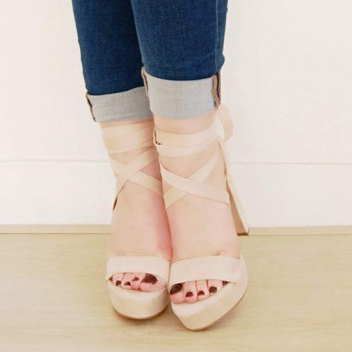 Sandalen met wikkelband en blokhak in beige | Beige sandaal met wikkelbanden, plateau en dikke hak