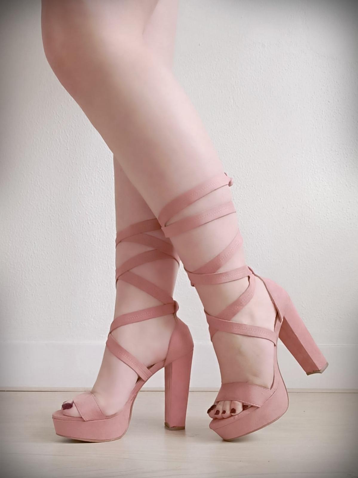 Sandalen in oud roze met lange banden - schaduw