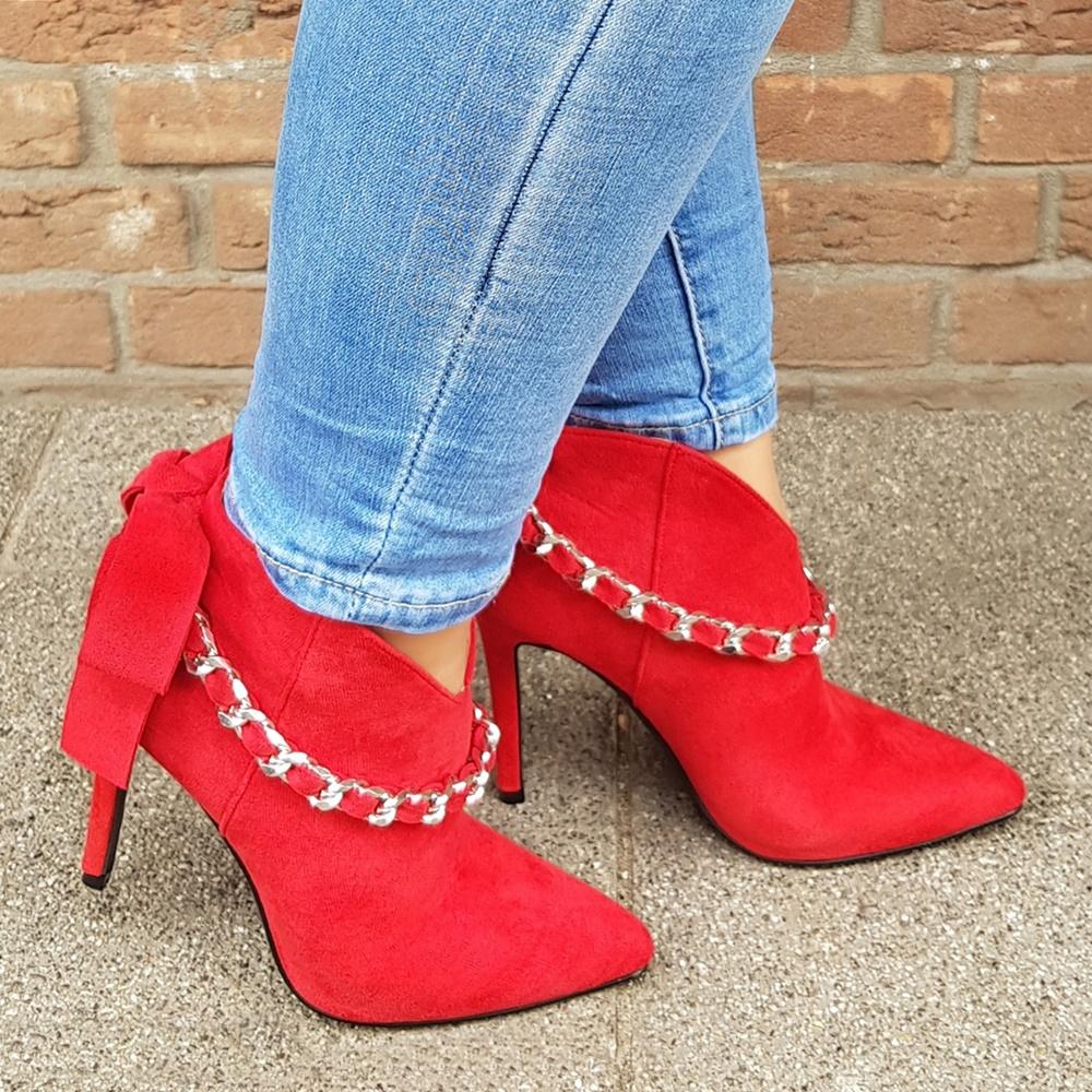 Rode enkellaarsjes met hak en strik op de hiel   Korte enkellaarsjes met hoge hak