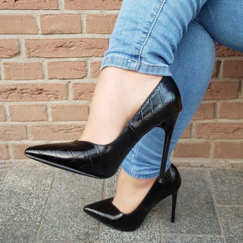 V-cut pumps in zwart met kroko print en stilettohak | Hoge stilettopumps met v-uitsnijding