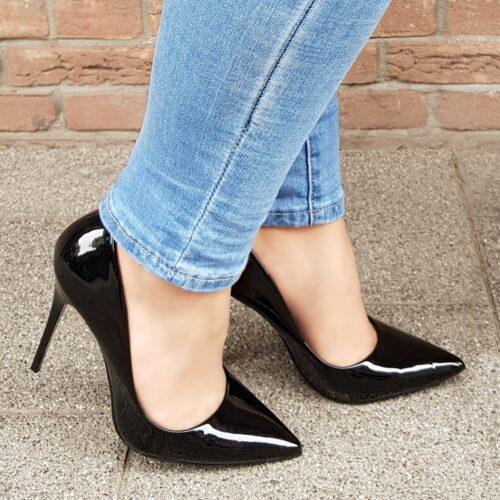 Zwarte lakpumps met puntneus en hoge stiletto hak | Zwarte lak pumps met naaldhak.